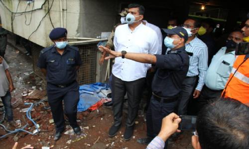 भिवंडी इमारत दुर्घटना स्थळास वस्त्रोद्योगमंत्री अस्लम शेख यांनी दिली भेट